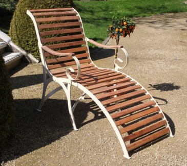 Lounger wood/metal/cream. Steel, beech wood. 64,2x114,8x105,0cm. oq/1,mc/1 Pg.109    *Cushions not
