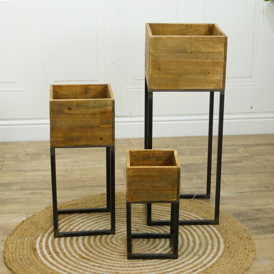 WD. PLANTERS W/ MTL. STANDS S/3