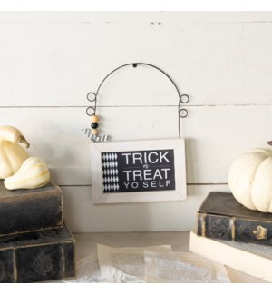 """WD. SIGN """"TRICK OR TREAT"""""""